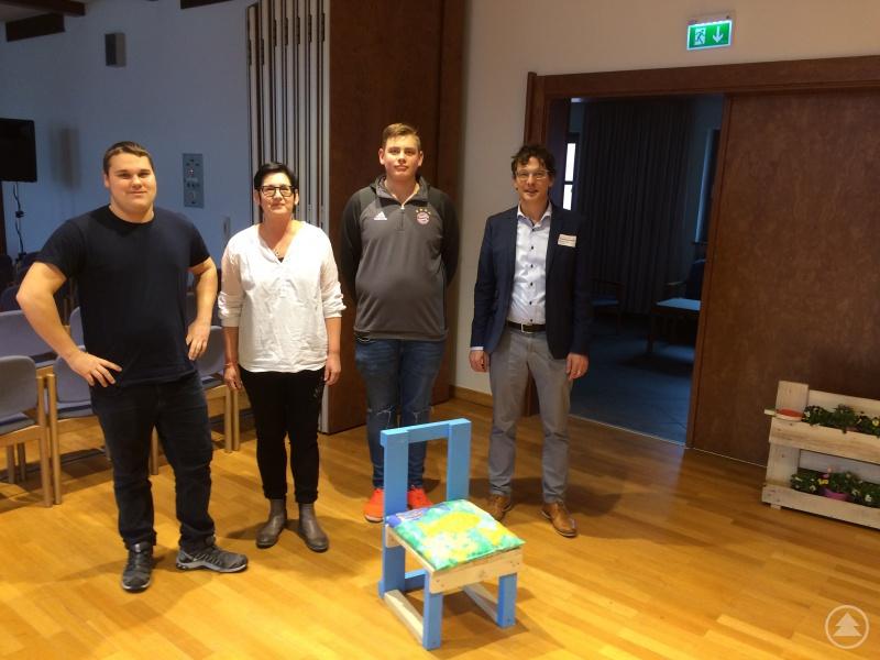 Ein Schülerteam von der Schule am Stadtpark in Waldkirchen präsentierte gemeinsam mit Lehrerin Monika Sitter den von ihm gefertigten Kinderstuhl unter anderem Freyung-Grafenaus Regionalmanager Stefan Schuster (rechts).