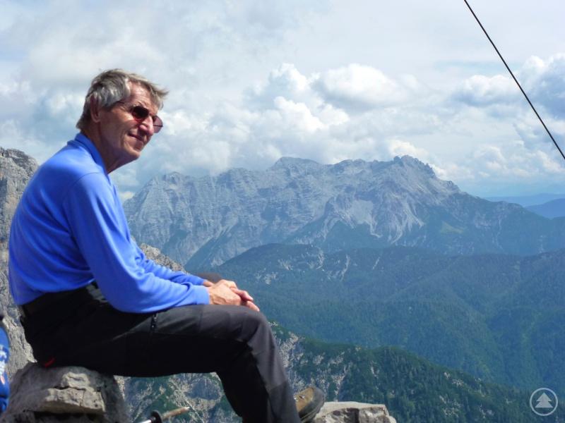 """Walter Schweitzer am Gipfel des Ulrichshorns (2155 m) in den Loferer Steinbergen. Dort sitzt der ehemalige Vorsitzende quasi vor """"seinen"""" Leoganger Steinbergen."""