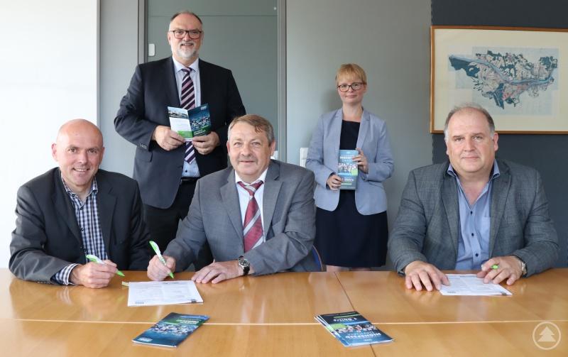Die Geschäftsführer Thomas Greiner (Telepark, sitzend von links), Werner Stadler (WGP) und Uwe Horn (Stadtwerke) besiegeln die Kooperation per Unterschrift. Darüber freuen sich Oberbürgermeister Jürgen Dupper (WGP-Aufsichtsratsvorsitzender) sowie WGP-Geschäftsführerin Andrea Gais.