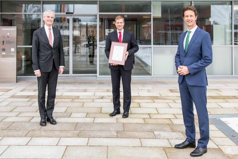 Vor den Räumlichkeiten des Bezirks Niederbayern in Landshut erhält EBM Dr. Olaf Heinrich (Mitte) die Auszeichnung zum diesjährigen Bürgermeister des Jahres. Überreicht wurde der Preis von Rechtsanwalt Dr. Stefan Detig (r.) und Jurymitglied Dr. Franz-Stephan v. Gronau, Partner der LKC-Gruppe.