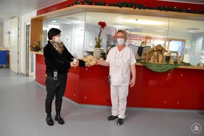 Die Station 1 des Krankenhauses in Freyung freut sich über die Anerkennung in Form eines Holz-Kleeblattes und Keksen