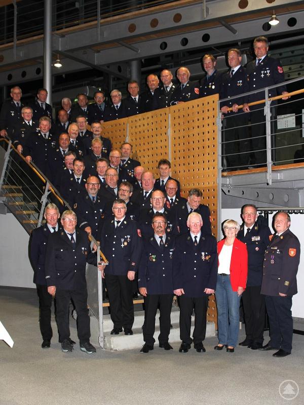 Die Ehrenzeichenträger für 40- und 50-jährige Dienstzeit sowie die Mitglieder der Kreisbrandinspektion mit Landrätin Rita Röhrl.