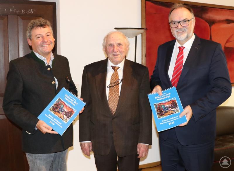 Oberbürgermeister Jürgen Dupper (rechts) freut sich mit Kulturamtsleiter Horst Matschiner (links) über den neuen Kalender von Horst Stiepani.