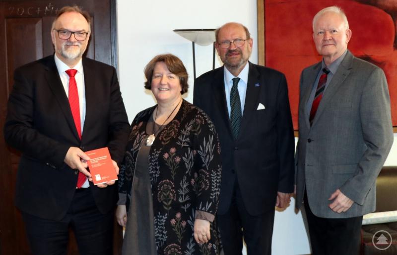 Oberbürgermeister Jürgen Dupper (von links) nimmt das Heft von der Leiterin der Städtischen Musikschule, Barbara Blumenstingl, und den beiden Fördervereinsvorsitzenden Dr. Pankraz Freiherr von Freyberg und Erich Geiling in Empfang.