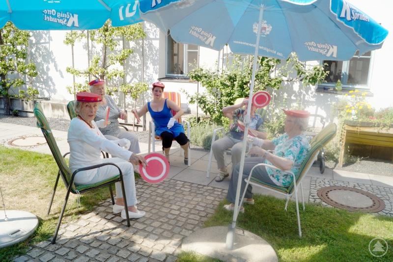 Die Bewohnerinnen der Betreuungsgruppe bereichern das Sommerfestprogramm mit einem Sitztanz.