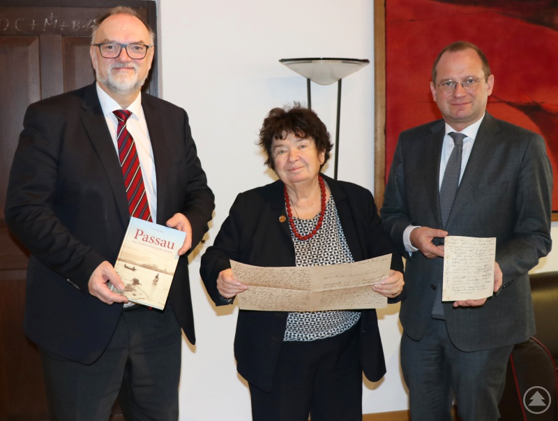 Oberbürgermeister Jürgen Dupper (links) und Kulturreferent Dr. Bernhard Forster freuen sich über das Buch und die historischen Briefe von Gisa Schäffer-Huber.