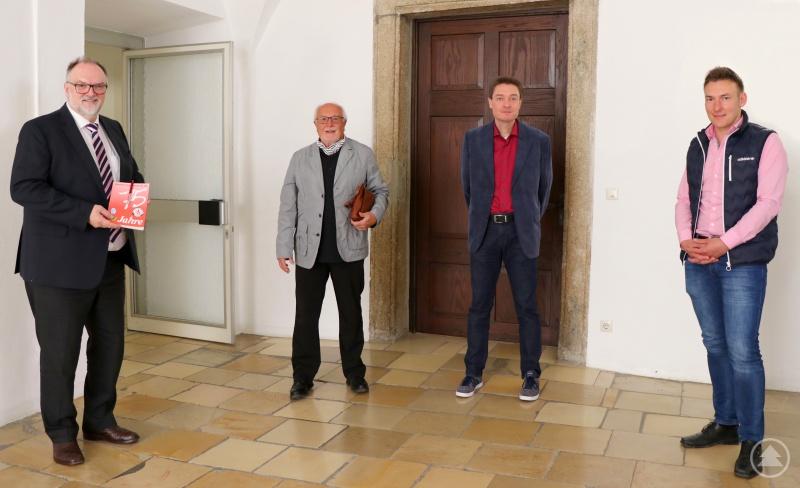 Andreas Hartl (von rechts), Gerhard Michels und Erich Siegharter freuen sich, dass Sie Oberbürgermeister Jürgen Dupper als Schirmherrn für das Jubiläum der Schiedsrichter-Gruppe Passau gewinnen konnten. Als Geschenk hatten sie eine Festschrift vom letzten großen Jubiläum dabei.