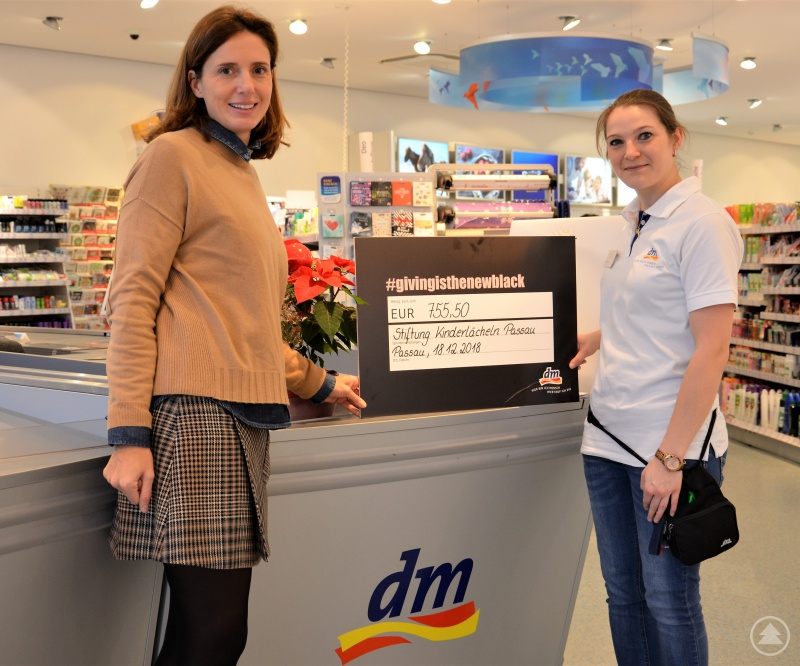 Stiftungsvorstandvorsitzende Dr. Maria Diekmann nimmt dankend den Spendenscheck über 755,50 Euro von dm-Filialleiterin Christina Pollerspeck entgegen.