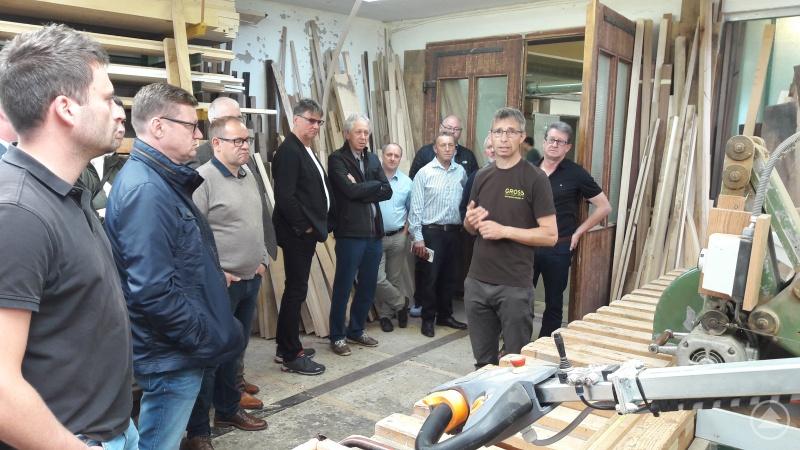 Tischler Franz Gross (rechts) informierte in seinem Betrieb über das Tischlernetzwerk im Vulkanland