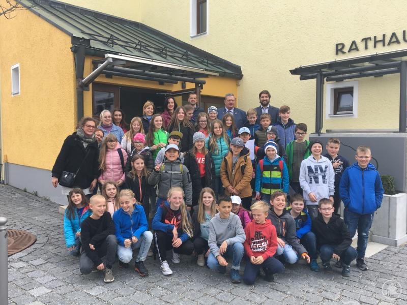 Die Realschüler mit ihren Freunden aus Bergreichstein besuchen den Grafenauer Bürgermeister Max Niedermeier.