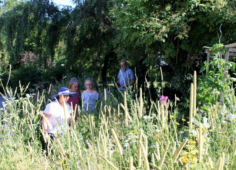 Ein Stück wilde Blumenwiese präsentierte Linda Langer beim Rundgang mit ihrer Tochter Mathilda den Prüfern.