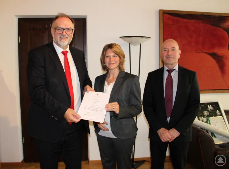 Oberbürgermeister Jürgen Dupper (links) freut sich mit Herbert Zillinger, Bereichsleiter Personal und Liegenschaften (rechts), über die Benennung der neuen behördlichen Datenschutzbeauftragten Marina Probst.