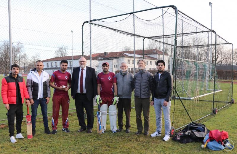 Oberbürgermeister Jürgen Dupper (4. von links) freut sich mit dem Vorsitzenden Dr. Brian Fell (3. von rechts), Kassenwart Charles Madsen (2. von rechts) und den Teammitgliedern Muhibullah Khogianiwal (von links), Mahmoud Saleh, Ahmadjan Mangal, Fazal Shinwary und Safi Bakhtiar über das neue Trainingsgerät.
