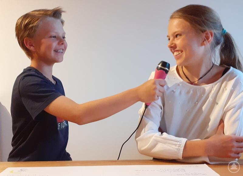 """Hanna Watzl (6a) und ihr Bruder Valentin (5b) haben Spaß beim """"Dreh"""" ihrer Videobotschaft."""