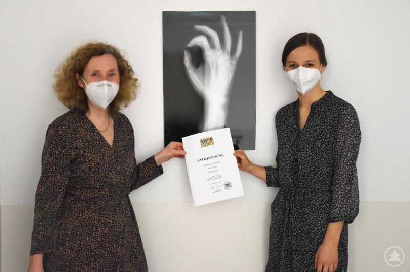 (von links): Chefärztin Dr. Katharina Kolbasseff gratuliert Frau Gerl zur verliehenen Anerkennungsurkunde und ist stolz auf die engagierte Nachwuchskraft im Team.