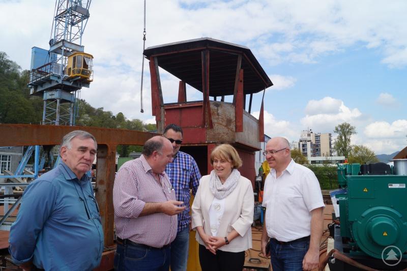 Tiefbauamtsleiter Markus Fischer (rechts) und die Stellvertretende Landrätin Barbara Unger (2. von rechts) am Montag beim Besuch auf der Werft mit Vertretern der Baufirma.