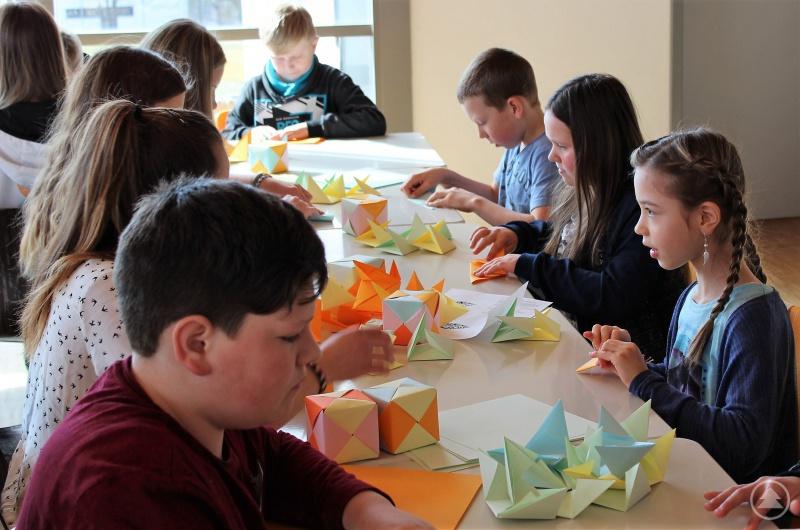 Geometrieunterricht ganz praktisch: Die Viertklässler beim Basteln von Würfeln aus Papier ohne Kleber