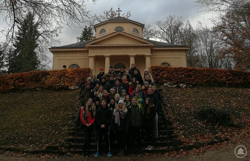 Die erste Gruppe mit StD Marcus Güll-Uhrmann (hinten mittig) vor der Weimarer Fürstengruft …