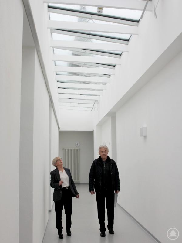 Landrätin Rita Röhrl und Architekt Georg Oswald freuen sich, dass der helle Tageslichtgang Schüler und Gäste begeistert.