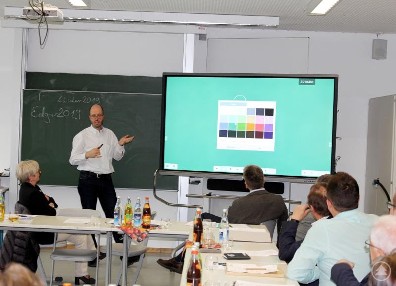 Sebastian Haydn erläuterte den Ausschussmitgliedern um Landrätin Rita Röhrl die Vorteile des digitalen Systems.