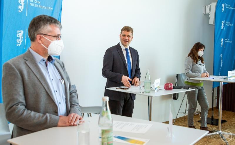 Bezirkstagspräsident Dr. Olaf Heinrich (Mitte) stellte das neue Hilfsangebot für Menschen in psychischen Notlagen sowie deren Angehörige im Rahmen einer Pressekonferenz vor. Außerdem im Bild Stefan Eichmüller, Leiter des Referats Gesundheitseinrichtungen und Organisator des Krisendienstes Psychiatrie Niederbayern (links) und Claudia Holzner, Psychiatriekoordinatorin des Bezirks Niederbayern (rechts)
