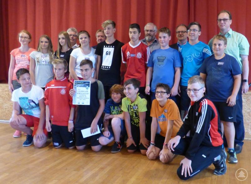 Stolz über ihren 1. Platz in Folge zeigten sich die Mittelschüler aus Schönberg; dazu gratulierten die Bürgermeister Martin Behringer (hinten, v.r.), Christian Süß, Max König, Hermann Baumann und Max Köberl.