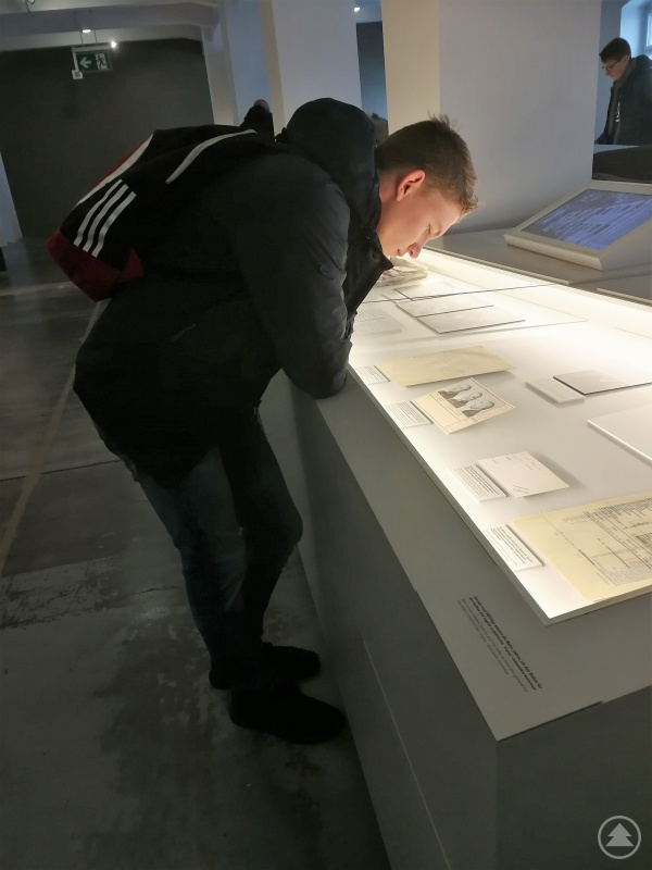 Ein Freyunger Schüler studiert interessiert die im Museum in Buchenwald ausgestellten Quellen.