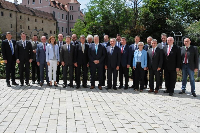 v.li.: Dr. Georg Haber (Präsident Handwerkskammer Niederbayern/Oberpfalz), Dr. Jürgen Helmes (Hauptgeschäftsführer IHK Regensburg für Oberpfalz/Kelheim), Thomas Ebeling (Lkr. Schwandorf), Willibald Gailler (Lkr. Neumarkt), Tanja Schweiger (Lkr. Regensburg), Franz Löffler (Lkr. Cham), Dr. Johann Keller (Geschäftsführendes Präsidialmitglied Bayerischer Landkreistag), Andreas Meier (Lkr. Neustadt/WN.), Regierungspräsident Axel Bartelt (Oberpfalz), Wolfgang Lippert (Lkr. Tirschenreuth), Richard Reisinger (Vorsitzender Bezirksverband Oberpfalz, Lkr. Amberg-Sulzbach), Michael Fahmüller (Lkr. Rottal-Inn), Franz Meyer (Vorsitzender Bezirksverband Niederbayern, Lkr. Passau), Sebastian Gruber (Lkr. Freyung-Grafenau), Christian Bernreiter (Präsident Bayerischer Landkreistag, Lkr. Deggendorf), Regierungspräsident Rainer Haselbeck (Niederbayern), Rita Röhrl (Lkr. Regen), Josef Laumer (Lkr. Straubing-Bogen), Peter Dreier (Lkr. Landshut), Alexander Schreiner (Hauptgeschäftsführer IHK Niederbayern), Heinrich Trapp (Lkr. Dingolfing-Landau), Martin Neumeyer (Lkr. Kelheim)