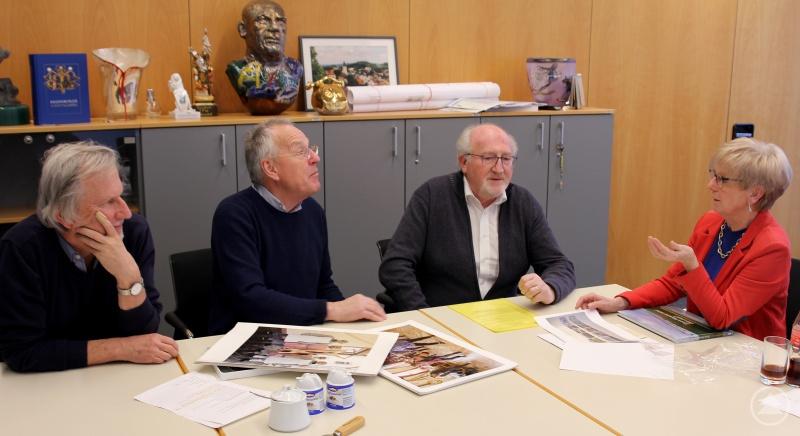 (v.li.) Herbert Pöhnl, Edmund Stern, den stellvertretenden Landrat Erich Muhr und Landrätin Rita Röhrl im Gespräch.