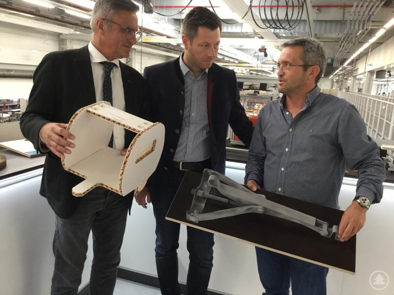 Betriebsratsvorsitzender Anton Autengruber schildert den Abgeordneten Alexander Muthmann und Christoph Skutella innovative Lösungen, um Caravans und Reisemobile leichter zu machen.