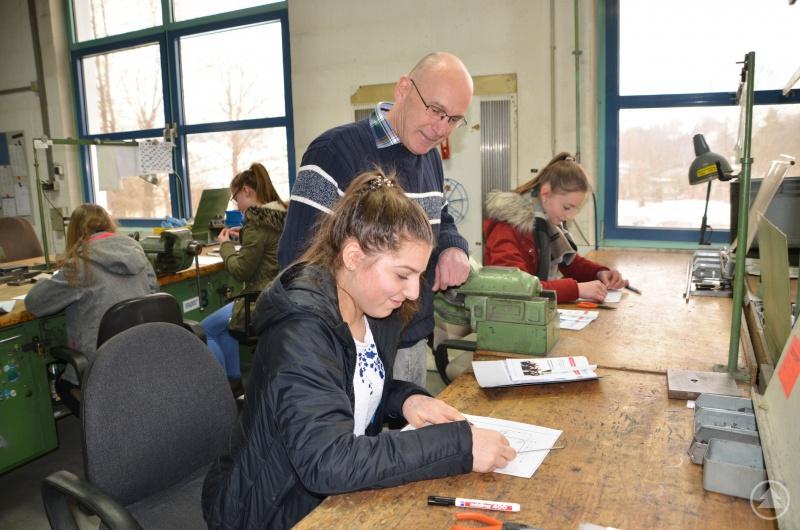 Sedlbauer-Ausbildungsleiter Manfred Eberl hatte in die Firmenbesichtigung eine kleine Praxisübung eingebaut, in der die Schüler einen Edelstahldraht nach einer Konstruktionszeichnung in Form biegen sollten.