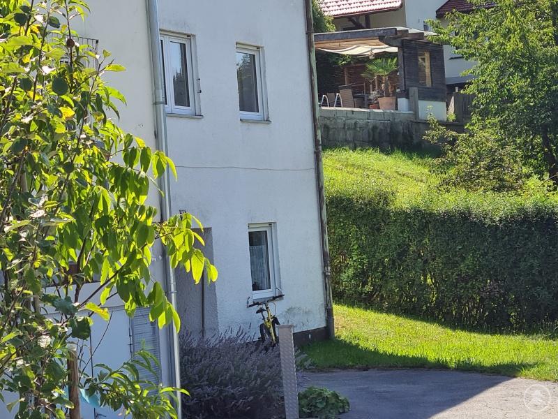 """Neben dem ehemaligen Schwesternwohnheim in Waldkirchen, das das """"Ambulant Betreute Wohnen"""" in der Freyunger Froschau eine Heimat gefunden."""