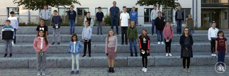 Die Klasse 5b mit ihrem Klassenleiter Wolfgang Fischer. (Für das Foto im Freien durfte die Maske kurz abgenommen werden.)