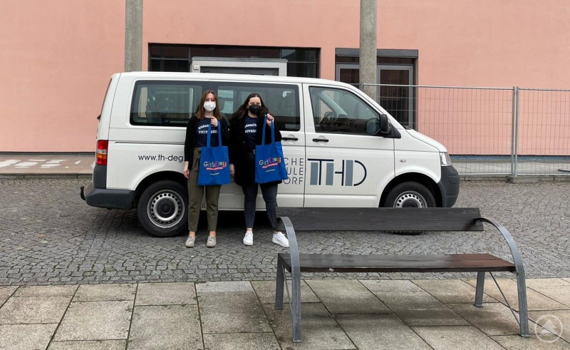Zwei Studentinnen der TH Deggendorf unterwegs mit Materialien zum bundesweit veranstalteten Aktionstag Girls'Day, der Mädchen für Möglichkeiten abseits traditioneller Rollenbilder sensibilisieren, neue Wege aufzeigen und eine frühe und praxisnahe Berufsorientierung ermöglichen soll.