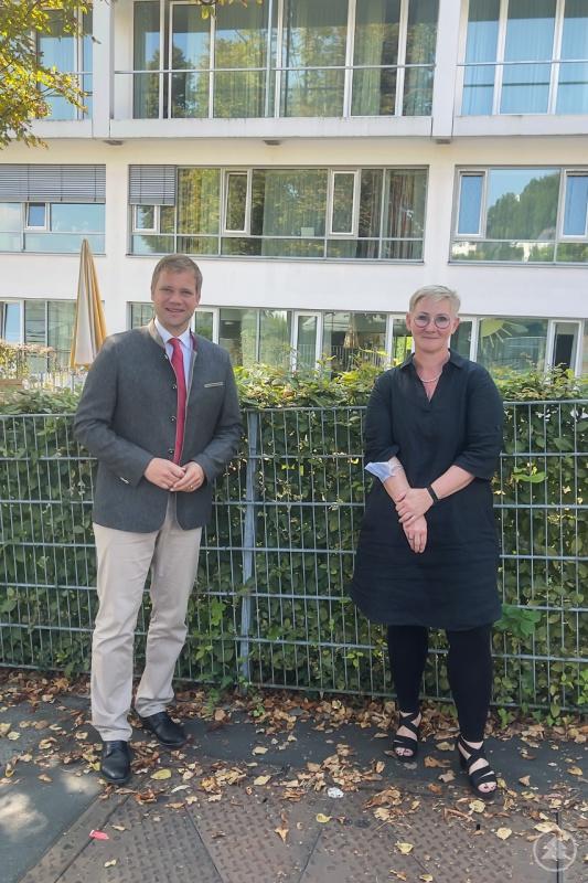 Bezirkstagspräsident Dr. Olaf Heinrich und Chefärztin der Kinder- und Jugendpsychiatrie Dr. Tanja Hochegger vor dem Bezirkskrankenhaus Passau.