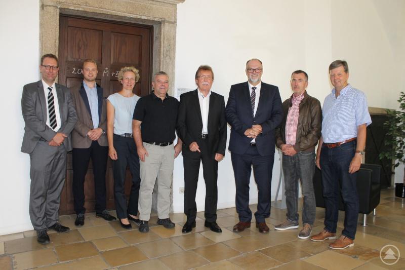 Oberbürgermeister Jürgen Dupper (3. von rechts) mit dem ausgeschiedenen Mitglied Norbert Oberhansl (4. von rechts) und dem neuen Gutachterausschuss, bestehend aus (von links) Dr. Dr. Ansgar Grochtmann, Christopher Haiböck, Andrea Rimböck, Udo Kolbeck, Herbert Schneider und Franz Scheibenzuber. Nicht auf dem Foto sind Peter Kreutzer, Prof. Dr.-Ing. Hans Bulicek und Norbert Niederhofer.