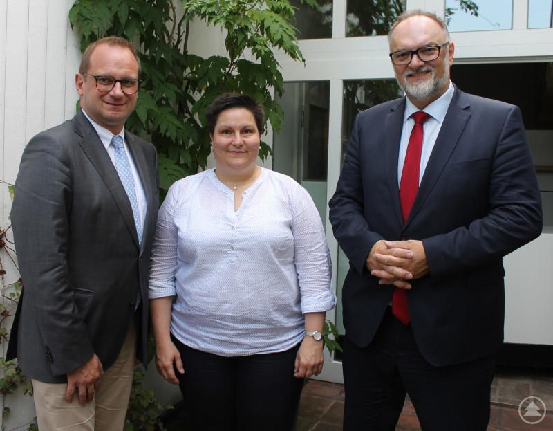 Oberbürgermeister Jürgen Dupper (rechts) und Kulturreferent Dr. Bernhard Forster beim Besuch der neuen MMK-Direktorin Dr. Marion Bornscheuer.