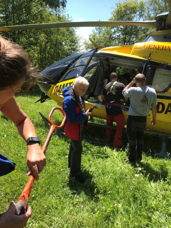Patientin wird zum Hubschrauber transportiert.