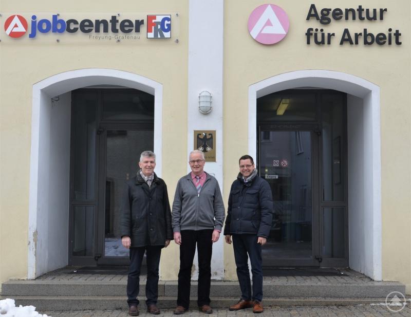 (v.l.) MdL Prof. Dr. Gerhard Waschler, Hans Haugeneder (Geschäftsführer des Jobcenters) und Bürgermeister Heinz Pollak.