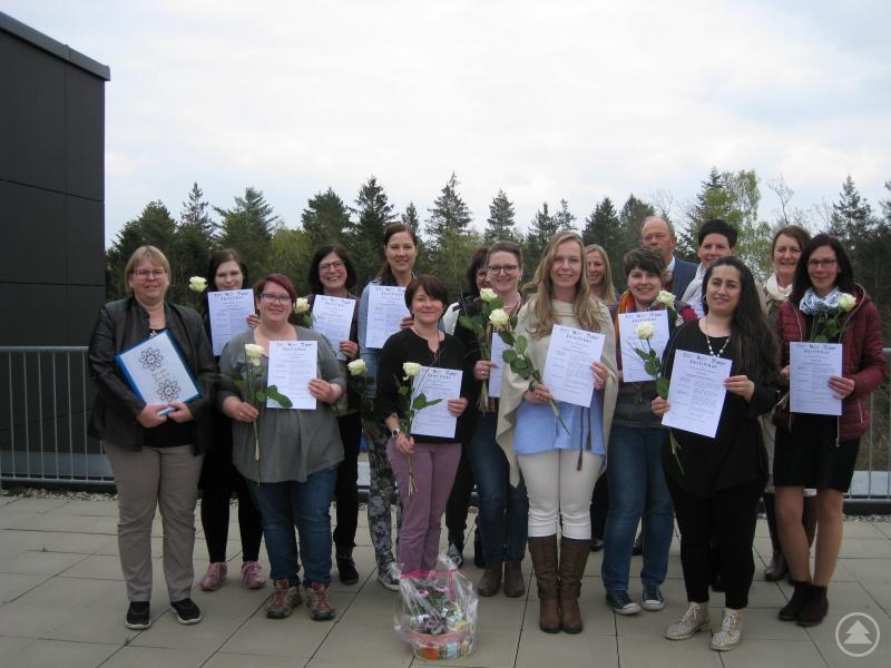 Zusammen mit elf Teilnehmern aus dem Landkreis Passau haben vier Frauen aus dem Landkreis erfolgreich am Qualifikationskurs für Kindertagespflege teilgenommen. Sie können nun ihre Tagespflegeerlaubnis beantragen und danach bis zu fünf gleichzeitig anwesende Tageskinder bei sich zu Hause oder in anderen geeigneten Räumlichkeiten betreuen.