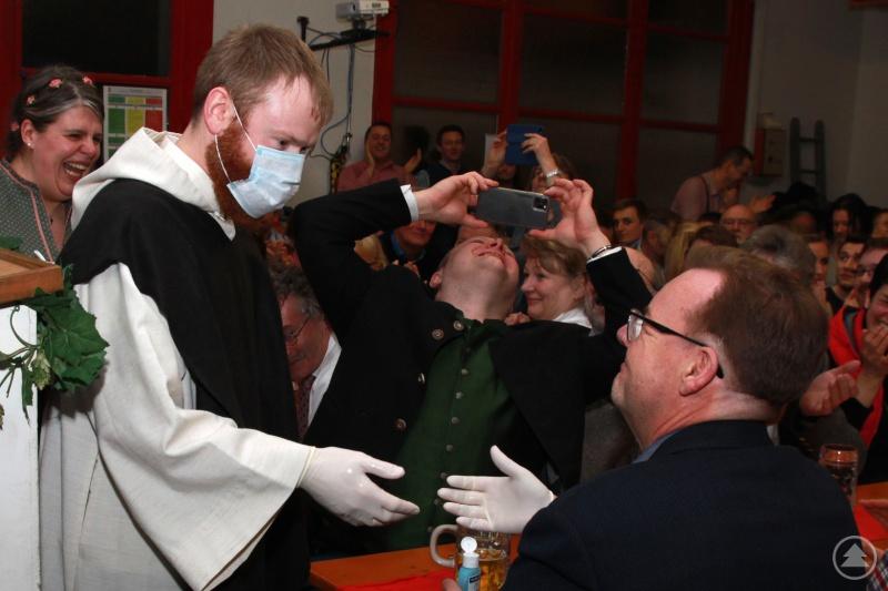 Normalerweise sollte ein Strafprediger kein Blatt vor den Mund nehmen und niemanden mit Samthandschuhen anfassen. Aber besondere Zeiten verlangten doch auch besondere Mittel. Von der Kanzel gab es dann aber die volle Packung.