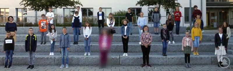 Die Klasse 5a mit ihrer Klassenleiterin Ulrike Philipp-Rauscher. (Für das Foto im Freien durfte die Maske kurz abgenommen werden.)