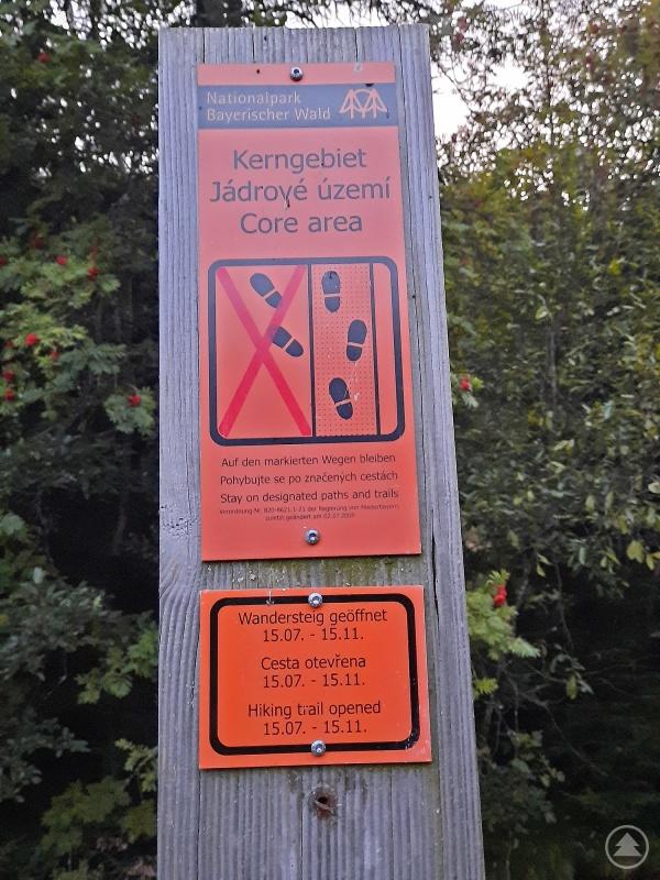Diese orangenen Schilder weisen im Gelände auf die geltenden Betretungsregeln im Nationalpark-Kerngebiet hin. Wo dieser Hinweis hängt, ist der Zutritt von 16. November bis 15. Juli nicht erlaubt.