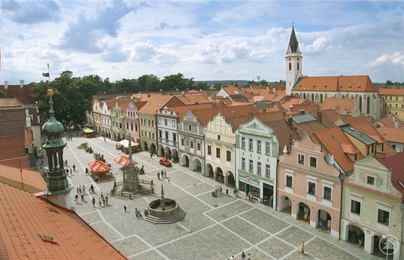 Nach dem Karpfenabfischen geht es für die Tagesgäste auf einen Stadtrundgang in die historische Altstadt von Třeboň. Das Ufer des abgefischten Teiches Svět reicht direkt an die Stadt heran.