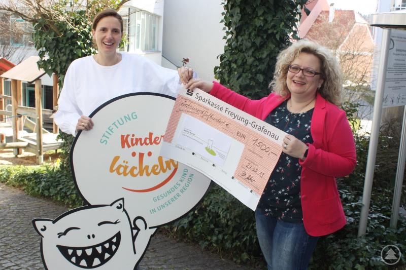 Dr. Agathe Ascher (r.), Zahnärztin in Freyung, bei der Spendenübergabe an Dr. Maria Diekmann, Stiftungsvorstandvorsitzende der Stiftung Kinderlächeln.