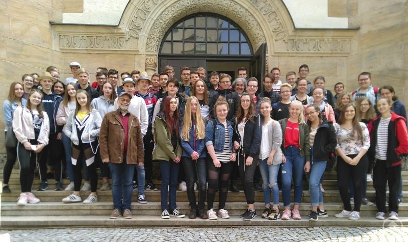 Die ungefähr 60 Schülerinnen und Schüler der 9. Jahrgangsstufe besichtigten die Synagoge in Straubing.