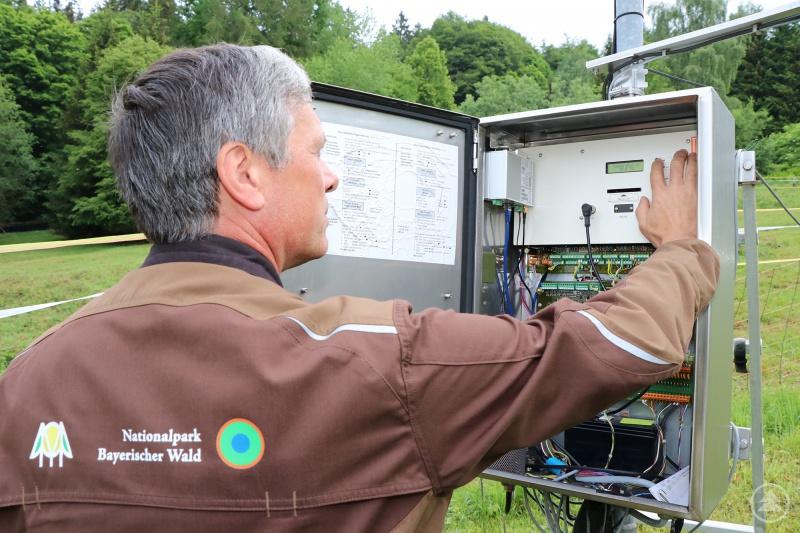Messtechniker Ludwig Höcker bei der Arbeit an der Klimastation Waldhäuser.
