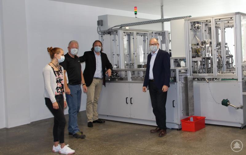 Die Fa. Fetter produziert jetzt in Salzweg Mund-Nasen-Schutzmasken, demnächst auch OP-Masken. (Von rechts) Geschäftsführer Frank Gollwitzer sowie Unternehmer Konstantin Fetter zusammen mit Reinhard Buchfelder (Logistik) und Tanja Hartl (Vertrieb), bei der Inbetriebnahme der Produktionsmaschine.
