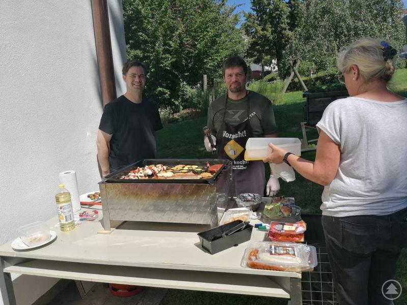 Gehört – trotz Corona – dazu: Sommerfest 2020. Reinhard, Clemens und Hildegard genossen den Sonnentag mit allen Bewohnern und Betreuern, bei einem herrlichen Grillbuffet.