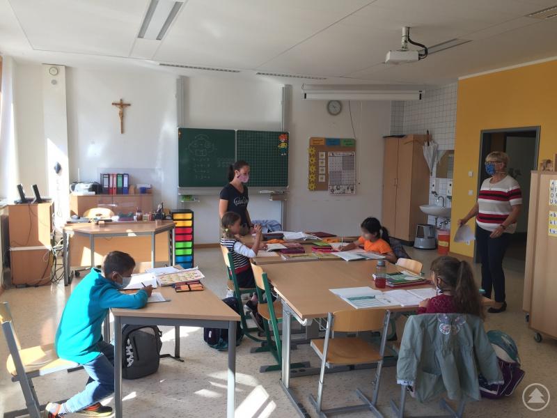Alle Kinder wurden in Kleingruppen betreut und auf das kommende Schuljahr vorbereitet. Rektorin Christine Weiß (rechts) freute sich über das Angebot der LernFreizeit.